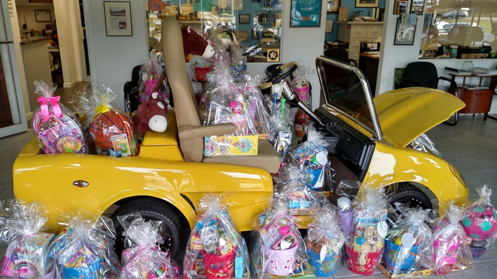 golf cart carrying gift baskets image